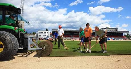 Fotbalový stadion na Králov� Poli získal nový trávník, hrací plocha bude vyh�ívaná