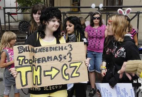 Několik desítek příznivkyň skupiny Tokio Hotel prošlo centrem Brna - požadovaly návrat kapely do České republiky