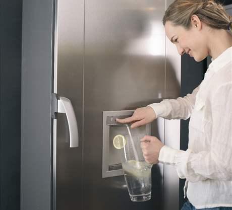 Chladnička umožňující výdej až 20 l filtrované vody denně