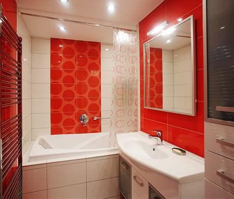 V koupelně byla použita kombinace bílé a červené