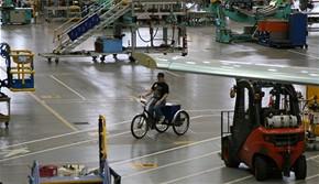 Tov�rna Boeing - k doprav� po hale slou�� t��kolky