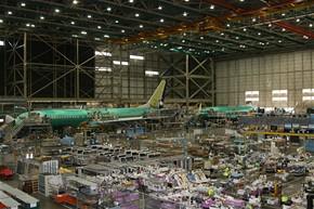 Tov�rna Boeing - druh� hala kde se montuje Boeing 737 - 900