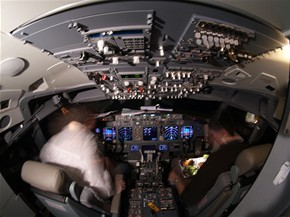 V kokpitu zbrusu nov�ho Boeingu 737 - 700 spole�nosti SkyEurope