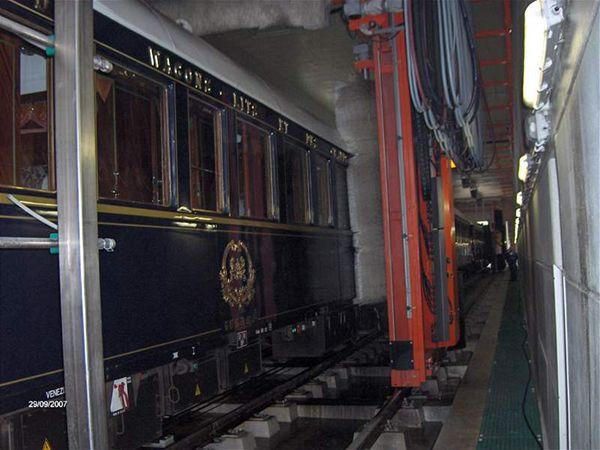 Podívejte se na myčku, která myje Orient Express