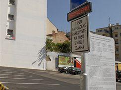 Obsazeno, hlásí systém parkoviště na Veselé ulici v Brně, i když tomu tak není.
