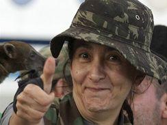 Osvobozená Ingrid Betancourtová na letišti (3. července 2008)