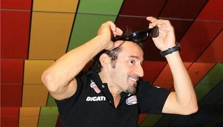 Max Biaggi hraje v Brně bowling. Poprvé v životě