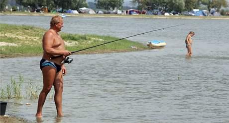 Rekreanti v Pasohlávkách si stěžují na rybáře, kteří loví přímo na pláži