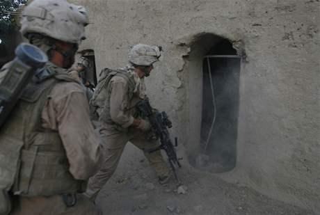 Příslušníci americké námořní pěchoty prohledávají dům v afghánské provincii. Ilustrační foto