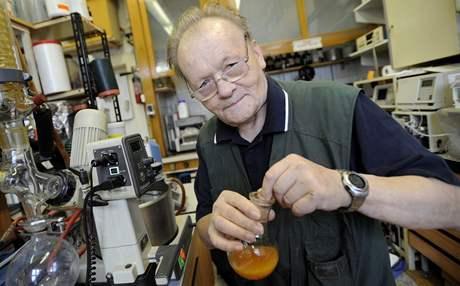 Profesor Antonín Holý ve své laboratoři v Ústavu organické chemie a biochemie Akademie věd
