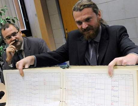 Ředitel Ústavu pro studium totalitních režimů Pavel Žáček (vlevo) a zástupce ředitele Archivu bezpečnostních složek Martin Pulec ukazují jednu z archiválií
