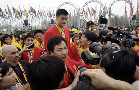 Basketbalista Jao Ming při otevírání olympijské vesnice