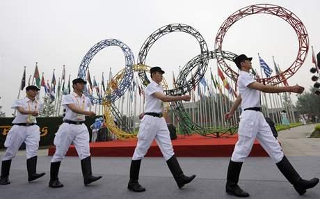 Bezpečnostní služba při otevírání olympijské vesnice v Pekingu