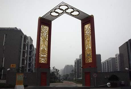 Brána v olympijské vesnici v Pekingu
