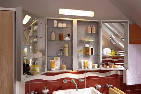 Koupelnová skříňka se zrcadlem nabízí díky úložnému místu v dvířkách přehledné ukládání