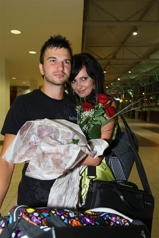 Eliška Bučková se vítá s přítelem Lacem