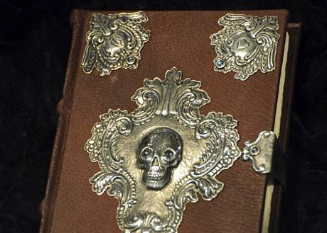 Ručně psané a stříbrem zdobené vydání knihy The Tales of Beedle the Bard (Bajky barda Beedla) od Joanne K. Rowlingové
