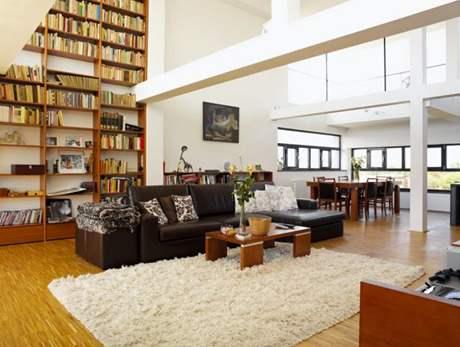 Vysoká knihovna se spoustou knih je dostupná pomocí lávky