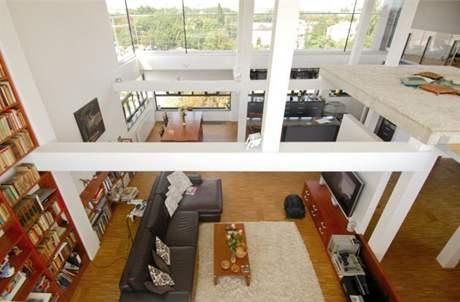 Z odpočinkového mola v horním podlaží je dokonalý výhled dolů i mimo dům