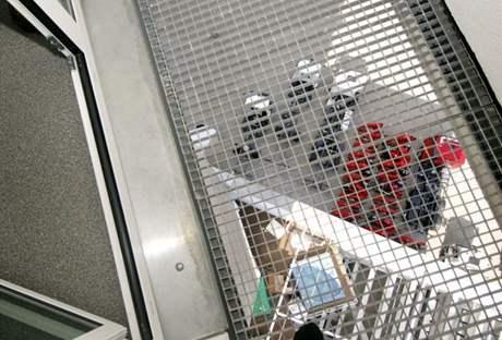 Výhled přes kovový rošt na vířivou vanu v prvním podlaží