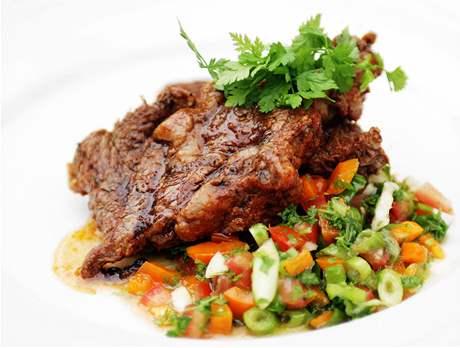 Vysoká roštěná v červeném curry se salsou Criolla