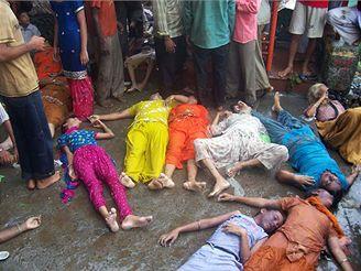 V indickém chrámu bylo ušlapáno téměř sto padesát lidí.