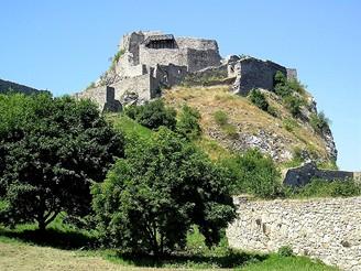Devín - horní hrad zespodu od vstupní brány