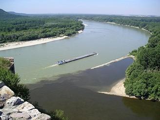 Dvojbravený soutok Dunaje a Moravy zvyhlídky horního hradu Devína