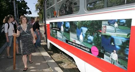Výstava plakátů výtvarnic Markéty Kinterové a Silvie Miklové v brněnské tramvaji