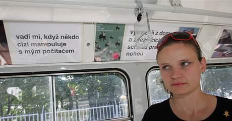 Výtvarnice Markéta Kinterová v brněnské tramvaji