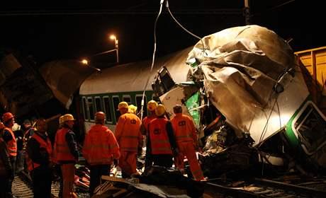 Odstra�ování následk� nehody ve Studénce bylo v noci p�eru�eno, trosky vlaku toti� nejprve cht�li prozkoumat kriminalisté. (9. srpna 2008)
