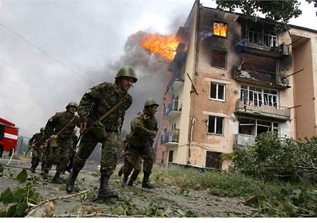 Gruzínští vojáci u budovy zasažené bombardováním v Gori