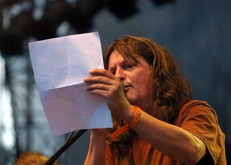 Sázavafest 2008 - vzpomínka na Grohmana - Ivan Hlas zpívá s pomocí vytištěného textu