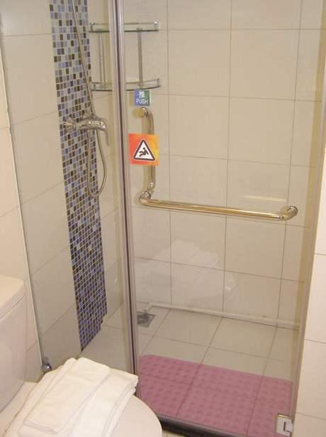 Špatné vyspádování vyřešili instalatéři speciálním otvůrkem, kterým voda odtéká do kanálku v sousední koupelně
