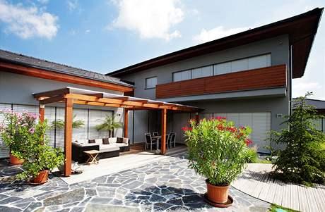 Venkovní žaluzie chrání dům před horkým sluncem