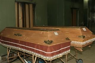 CB - Krematorium - rakce čekající na chodbě