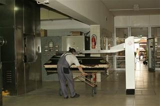 CB - Krematorium - příprava rakve k závozu
