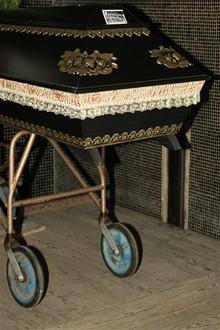 CB - Krematorium - rakev v obřadní místnosti