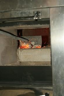 CB - Krematorium - vyhrabávání popela z pece 3