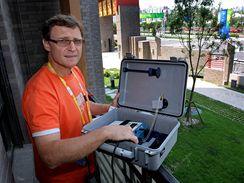 Lékař Jaroslav Větvička instaluje měřič kvality vzduchu