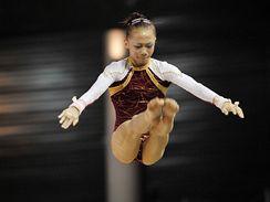 Čínská gymnastka Jang I-lin: šestnáct let? O věku čínské gymnastky Jang I-lin se vedou spory. Oficiálně je narozena v roce 1992, a tak může startovat na olympiádě, Američané si však myslí, že je mladší.