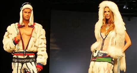 Zahájení veletrhu Styl a Kabo 2008 v Brně  - vpravo herečka Pavlína Němcová v modelu ruské návrhářky Jeleny Skakunové