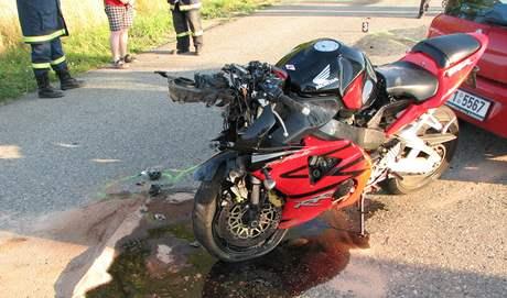 Nehoda auta a motorky u Blučiny