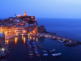Itálie, Ligurské pobřeží, noční pohled na Vernazzu