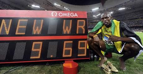 Usain Bolt před tabulí se světovým rekordem na 100 metrů