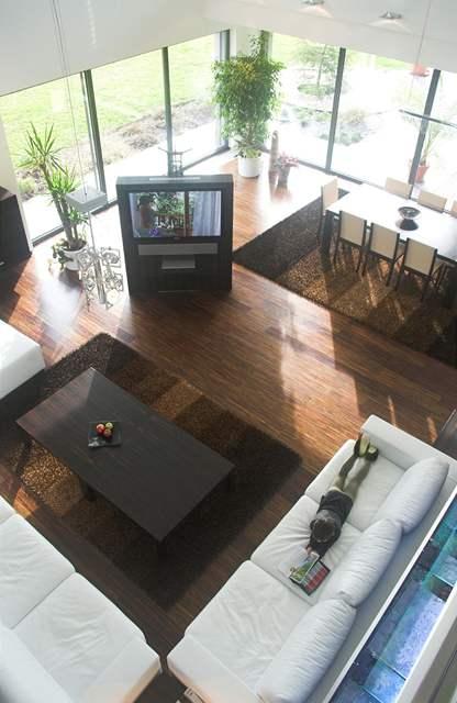 Výhled z galerie do obývacího pokoje