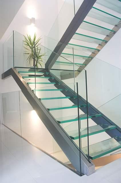 Skleněné schodiště působí elegantně
