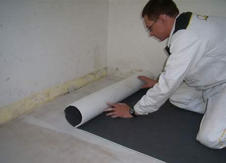 Do vrstvy fixačního lepidla se pokládá akustická textilie