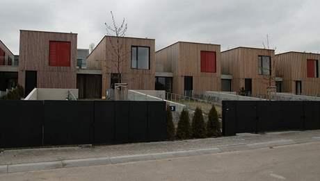 Řadové domky mají příjemnou dřevěnou fasádu