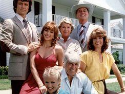 Hrdinové seriálu Dallas - zleva Patrick Duffy, Victoria Principalová, Barbara Bel Geddesová, Larry Hagman, Linda Grayová, Jim Davis a Charlene Tiltonová